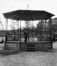 Photo: 1903 - Heuvel. Verplaatsbare kiosk, in 1903 vervaardigd door F. Hexspoor. Het was vervaardigd van smeedijzer en kostte ƒ 1165,-. 's Winters werd het afgebroken en elders opgeslagen. De kiosk stond op het plein ter hoogte van de Tuinstraat.