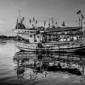 ujung bom by Tonny Haryanto - Black & White Landscapes ( water, parking, reflection, selat sunda, lampung bay, black and white, boats, art, sea, ocean, beach, fishing boat, lampung, klayapan, traveling, bay, teluk lampung, indonesia, sumatra, wave, wonderful indonesia, rest, view )