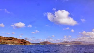 Photo: vorne die Südspitze von Montaña Clara - dahinter La Graciosa mit der Playa de las conchas