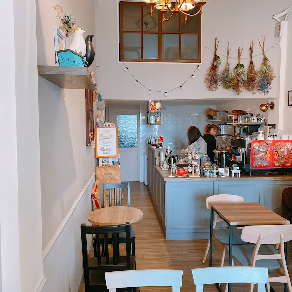 一個網美一致好評的咖啡店 厚皮咖啡 店裡裝潢很可愛 眾網美們都愛在門口藍色門來一張網美照 空間沒有壓迫感,很舒適 推薦雙層鮮芋蛋糕 厚切芋頭餡不甜不膩口 搭配我喜歡的無糖茶飲很棒