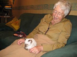 Photo: Ook bij kleine oma is het feest op schoot