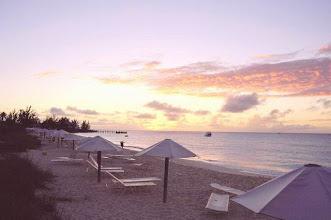 Photo: Coucher de soleil sur Columbus Isle dans l'île San Salvador aux Bahamas