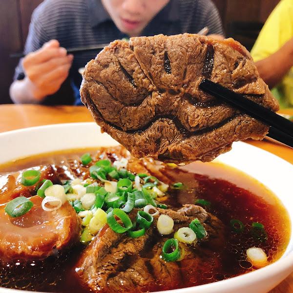 宜蘭。頭城 📍龍記牛肉麵 🐂牛三寶麵$260 ▪️▫️▪️▫️▪️▫️▪️▫️▪️▫️ 清爽不油膩的濃郁湯頭 帶有中藥香氣 喝起來回甘回甘 店內限量的牛三寶絕對是必吃❤️ 牛肉、牛筋、牛肚吃好吃滿