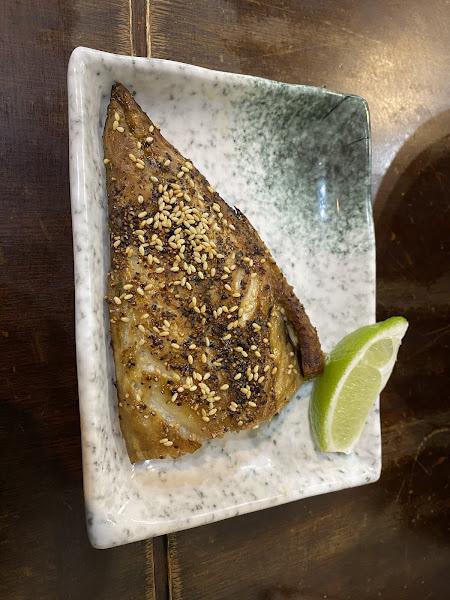 長約10公分,寬約5公分;內抹些微芥末,上抹甜醬油。三顆一組稱半分,我點一份六顆獨享! 揚炸豆腐,日式海帶湯汁。  鮭魚 卵 炒飯,大片生魚片碎,親子丼飯型。 烤青花魚,只取油脂的小腹部分,約1/2大