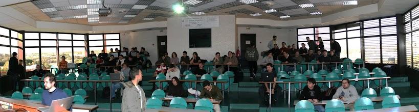 Photo: La salle se remplit.