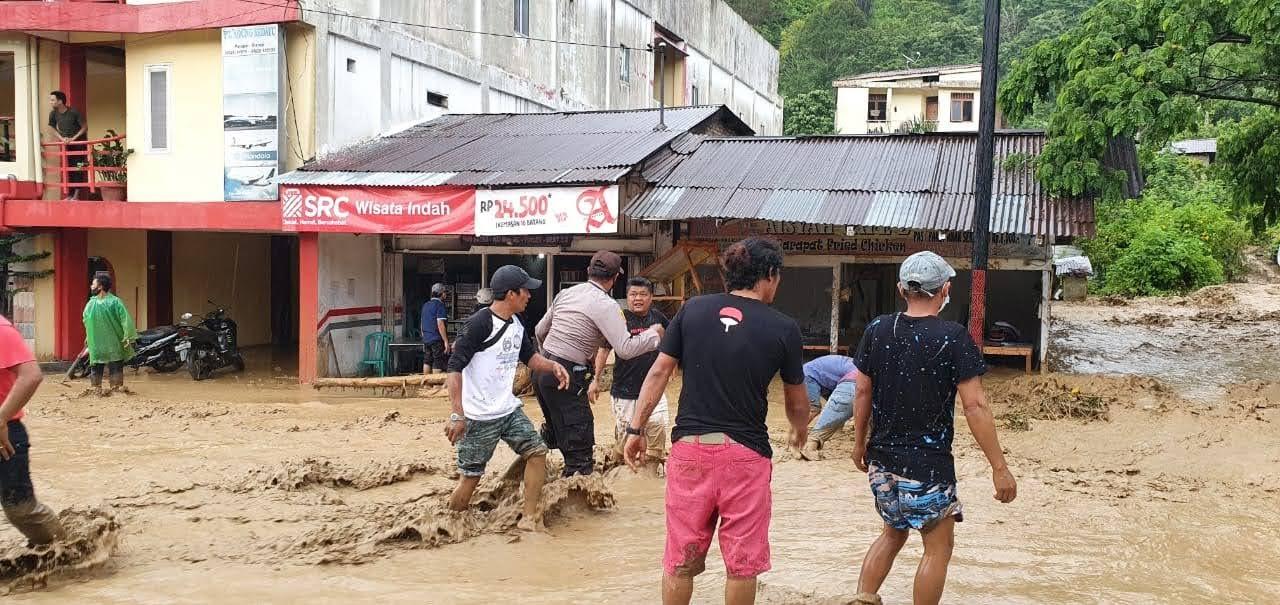 Polres Simalungun, TNI dan BPBD Bersihkan Material Banjir Tutup Akses Jalur Parapat