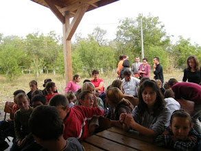 Photo: Emmausi gyermekek és vendégek a vasárnap délutáni ünnepi istentisztelet előtt.