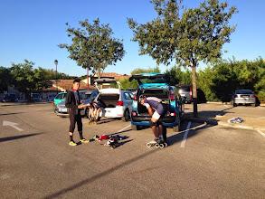 Photo: Tout le monde finit de s'équiper. Comme Bertrand ici, une majorité de patineurs partiront avec 3 roues seulement, enlevant la 2ème pour gagner en poids et agilité.