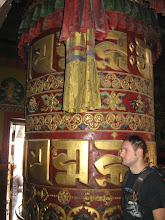 Photo: le ruote di preghiera contengono all'interno fogli e fogli di preghiere.... si fanno girare in senso orario per diffondere le preghiere nel mondo.....