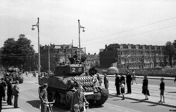 Photo: 0001. Bevrijdingsparade op de Laan van Meerdervoort, de brug over het Verversingskanaal. 21  mei 1945.  http://www.loki-travels.eu/