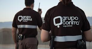 Dos vigilantes de Grupo Control durante un servicio de seguridad.