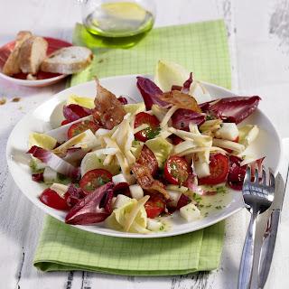 Chicorée-Salat mit geräuchertem Mozzarella, Kirschtomaten und krossem Speck
