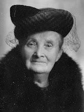 Photo: Mijn grootmoeder:    zij is 80 jaar geworden,  geb. 17-2-1877, overl. 26 -10 -1957. De moeder van mijn vader, zij was een zachtaardige vrouw. Mijn herinneringen aan haar tot mijn tiende jaar 'zijn'  dat ze ziek was en altijd in bed lag voor het raam. Wat ik leuk vond was in de bedstee slapen', kon ik mee luisteren wat er in de kamer werd gezegd en het geluid van de klompen door de steeg. Ook als er een omroeper door de straat kwam, dat had je niet in Heiloo. Mijn grootmoeder werd verzorgd door haar ongetrouwde dochter Mien.
