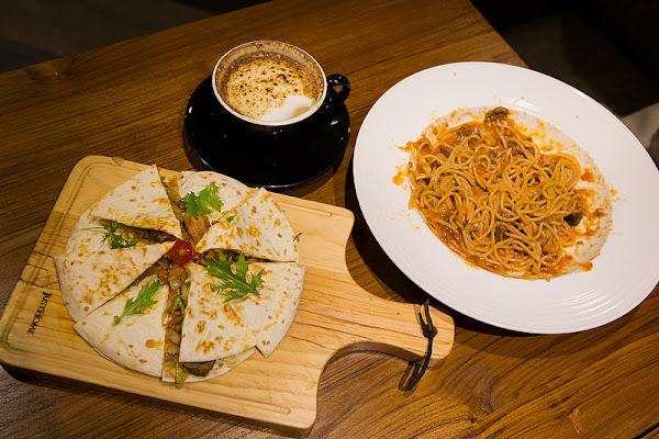 REVE 黑浮咖啡 永華店 高雄知名連鎖咖啡店,工業風裝潢舒適、餐點好吃!