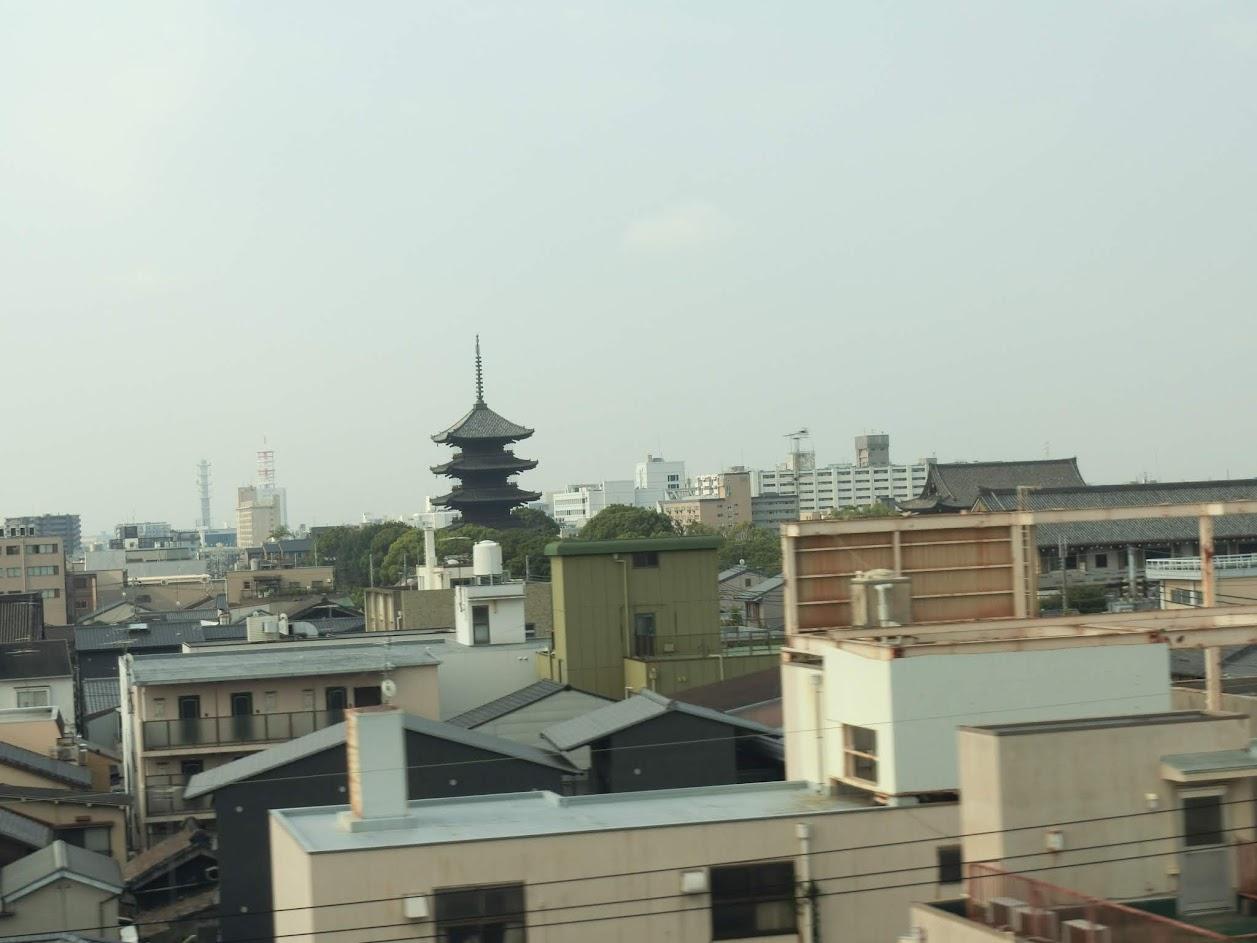 新幹線の車窓から京都駅付近