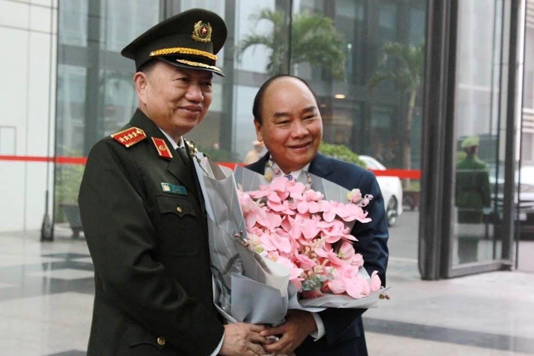 Đại tướng Tô Lâm tặng hoa, chào mừng Thủ tướng Nguyễn Xuân Phúc tới dự và chỉ đạo Hội nghị Công an toàn quốc lần thứ 75