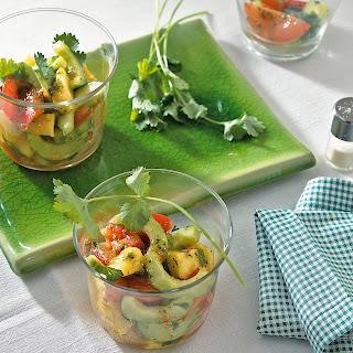 Tomaten-Gurken-Salat mit Ananas und Koriander