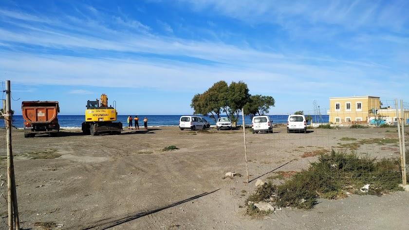 Las primeras máquinas y obreros llegan al tajo en el paseo marítimo