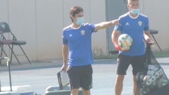 Mario Silva dando instrucciones en el entrenamiento de ayer.