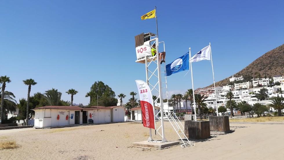 Playa y núcleo turístico de Aguamarga.