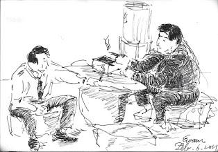 Photo: 閒聊2011.02.06鋼筆 專員和魁主任兩人坐在涼亭,一邊吸菸一邊閒聊。