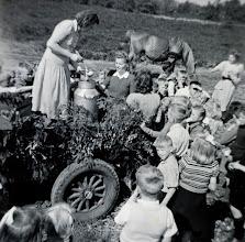 Photo: Zondagsschool buitendag: ranja drinken Hennie Kamps Wd. met zondagsschool in 't Wit (naast de melkbus, met wit kraagje)