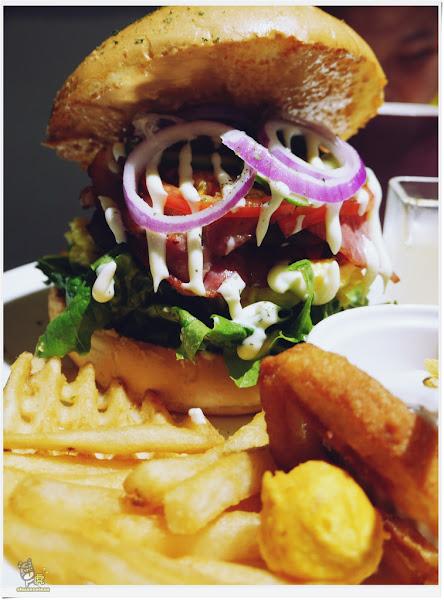 夏一棧 brunch café 大食怪必吃 飽到頭頂的霸氣漢堡
