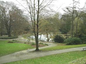 Photo: Die Stelle des früheren Pavillons am Schwanenteich vom Parkhaus aus gesehen. Im vorigen Jahrhundert konnte man von hier aus ein Stadtpanorama genießen, doch schränkte der Bewuchs die Sicht allmählich ein.