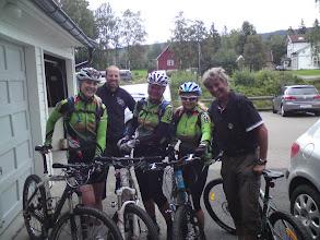 Photo: Snakk om service! Fikk låne et bakhjul slik at vi også kunne fortsette turen og møte resten av gjengen på Bjørnholt.
