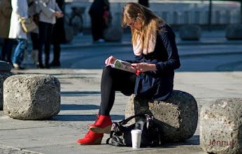 Photo: Lesende mit roten Schuhen