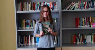 Marisa, de 1º ESO B, con el libro Alas de fuego.