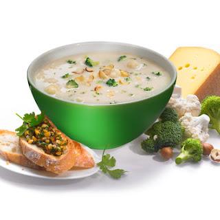 Cremesuppe von Broccoliröschen mit Haselnusspesto-Baguette