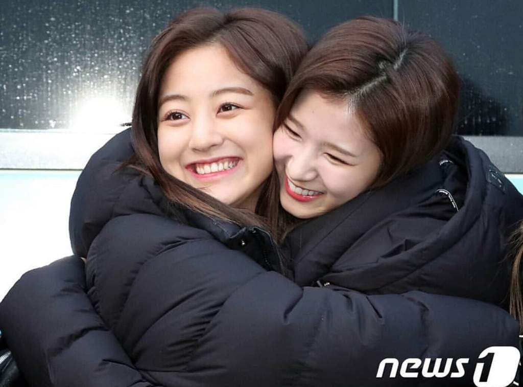 jihyo hug