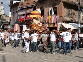Photo: Een processie in de straatjes van Kathmandu