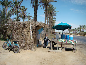 Photo: Przydrożny handlarz soku palmowego.