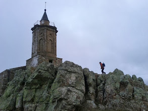 Photo: Raúl llegando a la torre donde almorzamos.