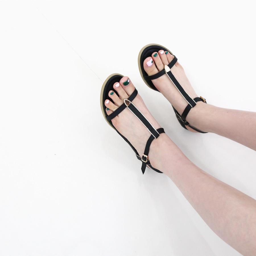 Một đôi sandal sẽ giúp đôi chân bạn xinh đẹp hơn