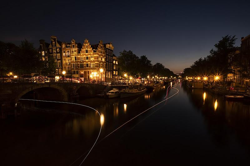 Traffico acquatico nei canali di Amsterdam di wallyci
