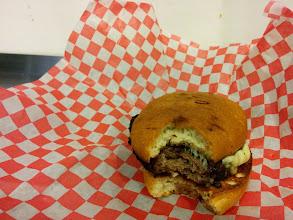 Photo: Kanadskej burger. Houska, maso, sýr. Žádný zbytečnosti kolem.