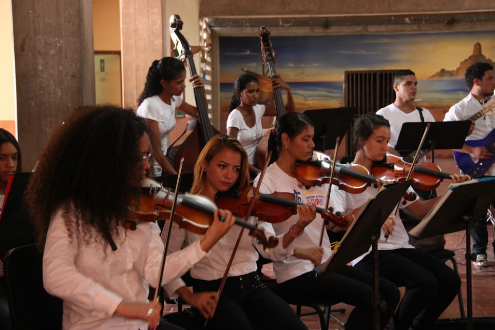 Los jóvenes estudiantes de música del estado Nueva Esparta también prueban nuevas sonoridades, y se destacan con grandes clásicos del rock and roll, como parte del repertorio que los forma en las filas la segunda Orquesta de Rock Sinfónico en Venezuela, creada bajo la tutela del Conservatorio de Música Simón Bolívar.
