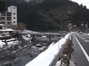 交通量の激しい道を回避し橋を渡る