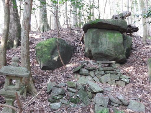 石灯籠と石に彫られた仏様