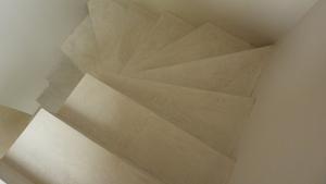 escalier béton coloré béton ciré sur escalier par Les Bétons de Clara applicateurs spécialisés dans la pose de béton ciré sur escalier