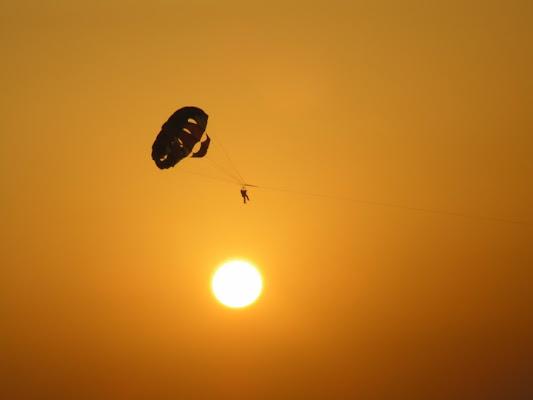 Icaro dei giorni nostri al tramonto di Lara Bianchi