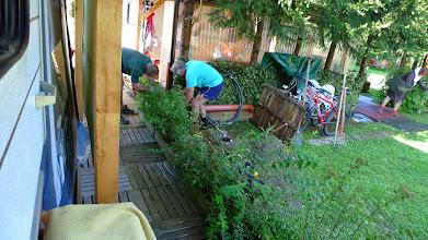 Photo: wir bauen uns mit den nachbarn ein toilettenhäuschen