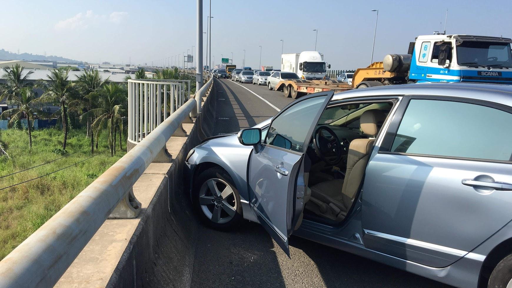 這一個撞擊,讓國道十號整個大塞車,而我的車子從順向轉了一圈,卡在高速公路護欄,撞擊力道之大我很難想像....