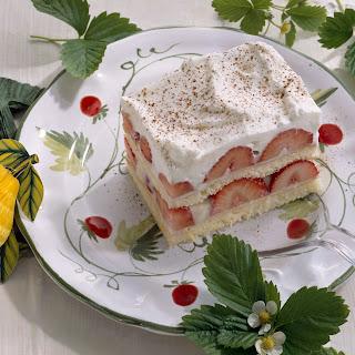 Biskuitdessert mit Zitronen-Joghurt-Creme und Erdbeeren
