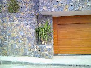 Photo: Frente muro de piedra y aparcamiento.