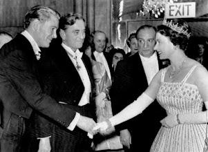 """Photo: Peter O'Toole, David Lean, Sam Spiegel e a Rainha Elizabeth II na première do filme """"Lawrence da Arábia""""em Londres, em dezembro de 1962."""