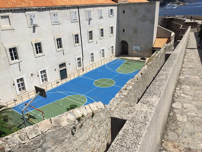 ドゥブロヴニク旧市街 バスケットコート 学校